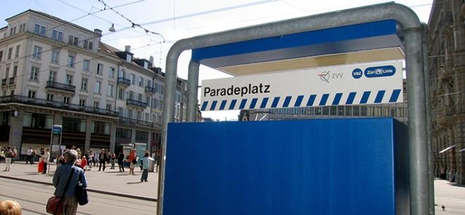 ken_marshall-flickr_paradeplatz_tramhaltestelle_billettautomat_zuerich_bank_reich_beschnitten
