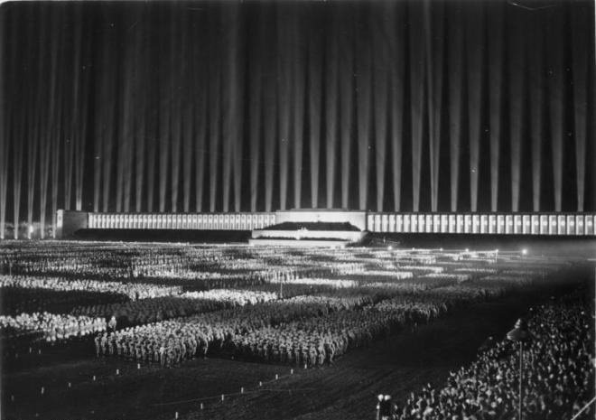 Bundesarchiv_Bild_183-1982-1130-502,_Nürnberg,_Reichsparteitag,_Lichtdom